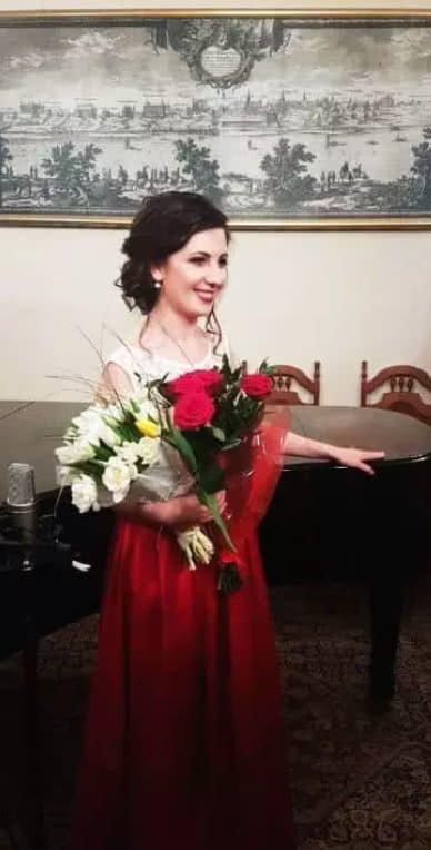 Yulia Lewiuk, piano lessons warsaw, piano teacher, grand piano in background